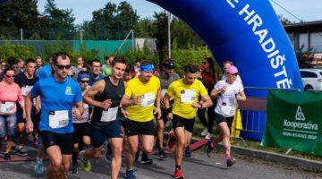 Běžci v srdci Slovácka přispěli k zachování paměti národa 30 000 korunami